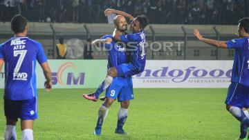 Para pemain Persib Bandung merayakan gol yang dicetak Sergio van Dijk saat menghadapi Persela Lamongan di Grup 3 Piala Presiden 2017.