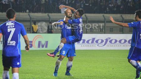 Sergio van Dijk saat merayakan gol kedua Persib Bandung ke gawang Persela Lamongan. - INDOSPORT