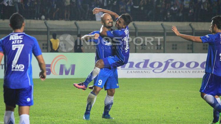 Sergio van Dijk saat merayakan gol kedua Persib Bandung ke gawang Persela Lamongan. Copyright: Ginanjar/Indosport