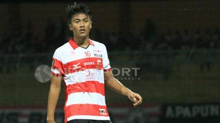 Rizky Dwi Febrianto mengaku sempat tak menduga jika kariernya sebagai pesepakbola profesional berlanjut dengan membela Arema FC pada lanjutan kompetisi Liga 1. - INDOSPORT