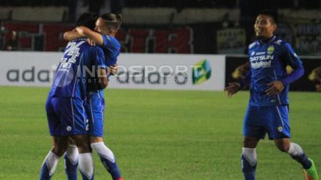 Kim Jeffrey (tengah) saat merayakan gol bersama rekan-rekannya. - INDOSPORT