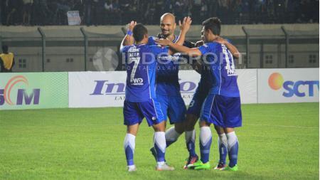 Para pemain Persib Bandung merayakan kemenangan atas Persela Lamongan. - INDOSPORT