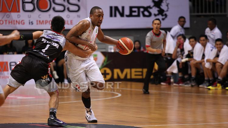 Pebasket Hangtuah Sumsel, Jajuan Smith (kanan) berupaya melewati pemain Aspac Jakarta, Andakara Prastawa Dhyaksa.
