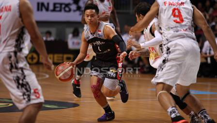 Pebasket Aspac Jakarta, Andakara Prastawa Dhyaksa (tengah) mendribble bola dijaga ketat beberapa pemain Hangtuah Sumsel.