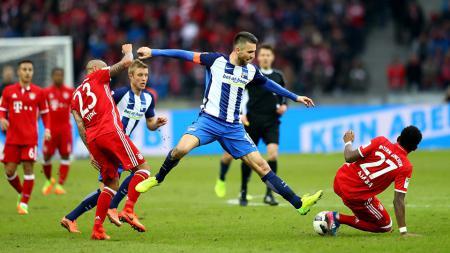 Bintang Bayern Munchen, David Alaba (kanan), menjadi incaran Chelsea di bursa transfer pemain Januari 2020 untuk mengatasi kelemahan di posisi bek kiri. - INDOSPORT