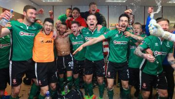 Pemain Lincoln City merayakan kemenangan mereka di kandang Burnley.