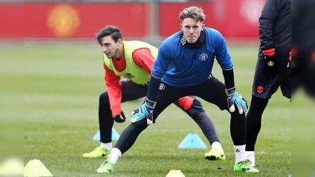 Dean Henderson (depan) saat lakukan sesi latihan bersama Manchester United. - INDOSPORT