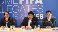 Indosport - Hanif Thamrin (kanan) saat masih menjabat Direktur Media PSSI dalam acara jumpa pers bersama delegasi FIFA.
