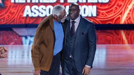 Dua legenda basket NBA, Bill Russell (kiri/Boston Celtics) dan Earvin Magic Johnson (LA Lakers) turut hadir ramaikan NBA All Star 2017.