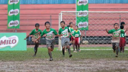 Ekspresi kebahagiaan salah satu peserta MILO Football Championship Jakarta setelah berhasil mencetak gol di GOR Soemantri Brodjonegoro. - INDOSPORT