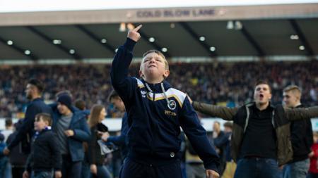Fans Millwall yang turun ke lapangan usai pertandingan melawan Leicester City. - INDOSPORT