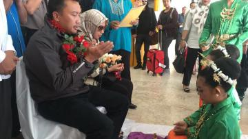 Menpora Imam bersama istriya Shobibah Rohmah disambut dengan ucapan selamat datang, pengalungan bunga, tari-tarian dan upacara adat Maluku Utara.