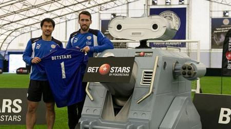 Dua pemain Leicester City, Christian Fuchs, Shinji Okazaki dan sebuah robot. - INDOSPORT