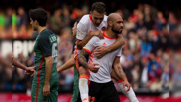 Simone Zaza melakukan selebrasi setelah mencetak gol untuk Valencia.