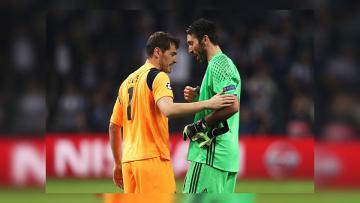 Iker Casillas dan Gianluigi Buffon bertemu di tengah lapangan setelah pertandingan.