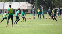 Indosport - Timnas Indonesia U-22 saat sedang menjalani seleksi pemain tahap pertama di Lapangan  SPH, Karawaci, Tangerang.