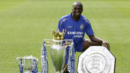 Claude Makelele saat pose bersama trofi Community Shield, Piala Liga Ingris dan Coca Cola League Cup. - INDOSPORT
