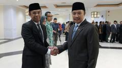 Indosport - Mepora, Imam Nahrawi berjabat dengan Gatot S Dewa Broto setelah menjadi Menjadi Sesmenpora.