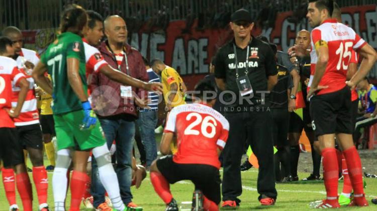 Haruna Soemitro memberikan arahan kepada pemain Madura United. Copyright: Ian Setiawan/INDOSPORT