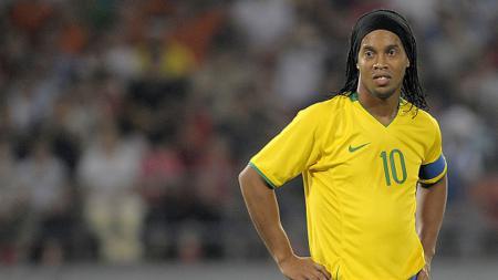 Ronaldinho terlihat sedih gagal memanfaatkan peluang emasnya. - INDOSPORT