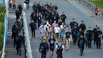 Ultras Rusia bersama polisi.