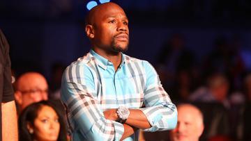 Floyd Mayweather tampak serius saat menyaksikan pertandingan bola basket.