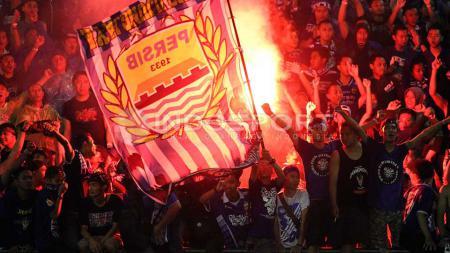 Persib Bandung kembali disanksi karena Bobotoh yang menyalakan flare. - INDOSPORT