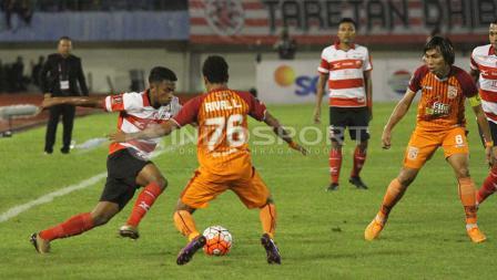 Pemain  Madura United, Rifad Marasabessy mendapat halangan dari sejumlah pemain PBFC.