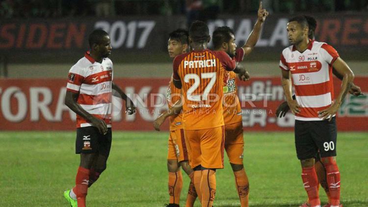 Sejumlah pemain Madura United dan PBFC terlihat sempat berkumpul di tengah lapangan.