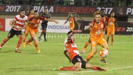 Sebuah peluang emas yang diciptakan Madura United dalam kotak penalti PBFC.