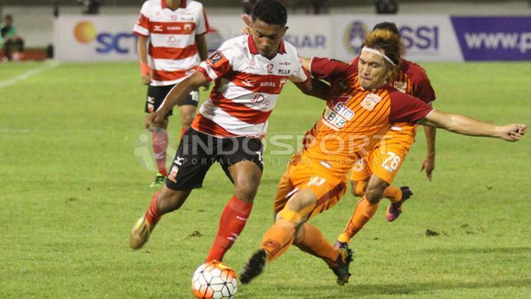 Duel sengit antara pemain Madura United dengan pemain PBFC.