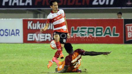 Langkah Slamet Nurcahyo terjegal oleh seorang pemain PBFC.