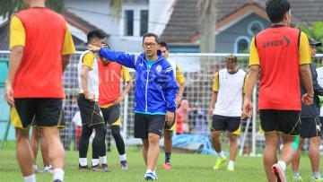 Aji Santoso saat memimpin latihan Arema FC.