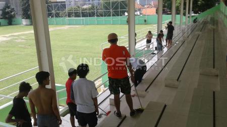 Aksi para anggota Abidin Side saat membersihkan Stadion Petojo. - INDOSPORT