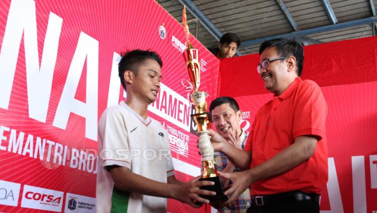 Wakil Gubernur DKI Jakarta, Djarot Saiful Hidayat (kanan) menyerahkan Piala kepada kapten tim Setia U-17 disaksikan Manager Persija Jakarta Ferry Paulus (tengah).