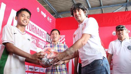 Pelatih Persija Jakarta, Stefano Cugurra Teco menyerahkan bola saat penyerahan hadiah kepada kapten tim Setia U-17.