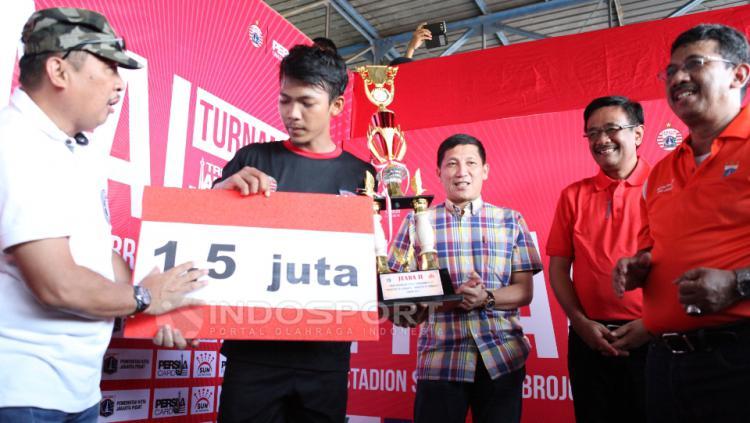 Penyerahan hadiah untuk tim Bintang Muda Senayan U-17 yang meraih gelar runner up.