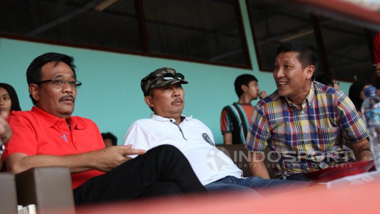 Manajer Persija Jakarta, Ferry Paulus (kanan) berbincang dengan Wakil Gubernur DKI Jakarta, Djarot Saiful Hidayat yang turut hadir dalam acara tersebut.