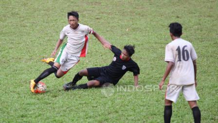 Aksi pemain Bintang Muda Senayan U-17 dan Setia U-17 di partai final Turnamen Persija U-17.