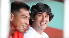 Indosport - Pelatih Persija Jakarta, Stefano Cugurra Teco sedang berbincang bersama asisten pelatih, Jan Saragih.