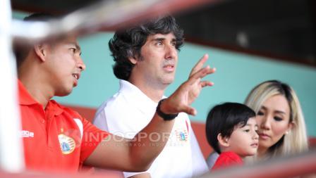 Pelatih Persija Jakarta, Stefano Cugurra Teco datang bersama Istri dan anaknya.