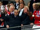 Jose Mourinho terlihat tanpa ekspresi meski berhasil mengangkat trofi Piala Liga Inggris.