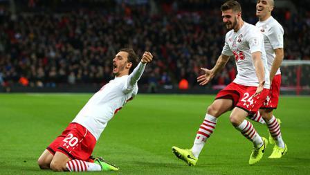 Selebrasi Manolo Gabbiadini pasca membobol jala gawang Manchester United.