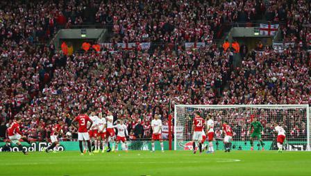 Zlatan Ibrahimovic mencetak gol pertama Man United melalui eksekusi tendangan bebas.