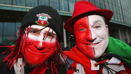 Ekpresi dan penampilan unik dua suporter Southampton dalam final Piala Liga Inggris dini hari tadi.