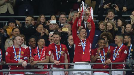 Zlatan Ibrahimovic mengangkat trofi juara Piala Liga Inggris.