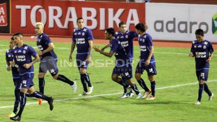 Penggawa Arema FC setelah melakukan selebrasi.