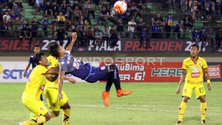 Salah satu pemain Arema FC melakukan tendangan salto.