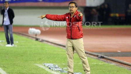 Pelatih Arema FC, Aji Santoso saat memberikan instruksi.