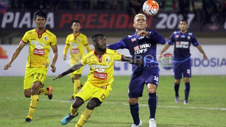Rudolof Yanto Basna (kiri) berusaha untuk mendapatkan bola dari Cristian Gonazales. Copyright: INDOSPORT/Ghozi El Fitra